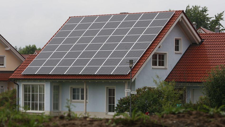 Mit Solarzellen ausgerüstetes Einfamilienhaus