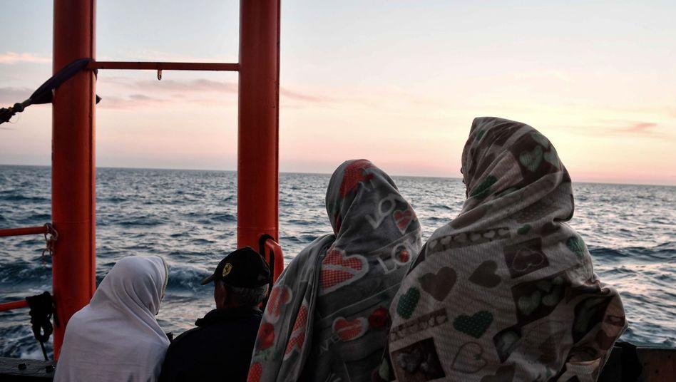Migrantinnen an Deck der MV Aquarius auf dem Weg nach Italien (Archiv)