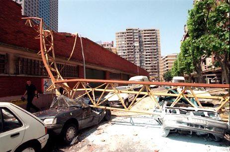 Autos in Aubervilliers, die von dem umgestürzten Kran zerquetscht wurden