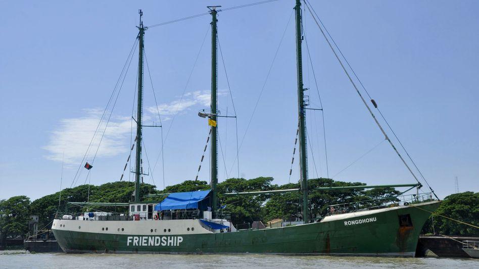 """Unter dem Namen """"Rongdhonu"""" (Regenbogen) war das Ex-Greenpeace-Schiff in Bangladesch im Einsatz"""