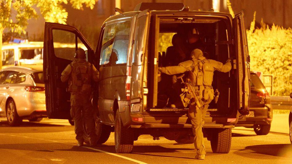 Spezialeinsatzkommando der Düsseldorfer Polizei vor dem Hotel »the niu Tab«