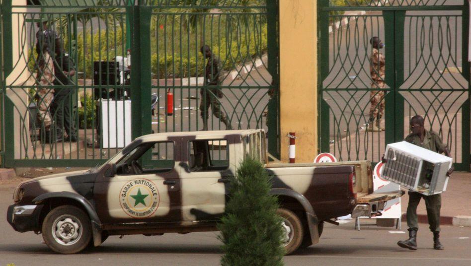 Ein Soldat vor dem Regierungsgelände in Bamako: Gewalt und Plünderungen in Mali