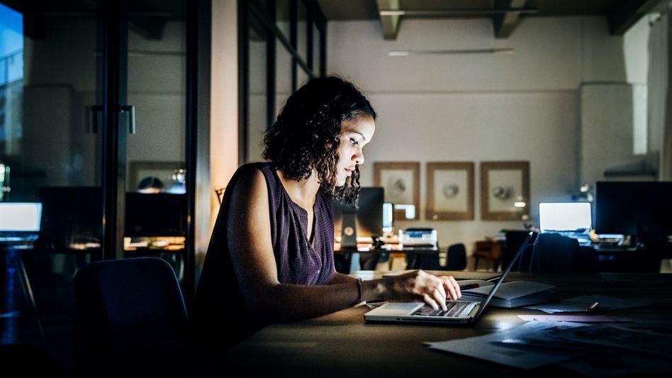 Wer häufig länger im Büro sitzt, sollte seine Rechte kennen