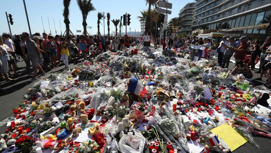 Tausende Blumen als Zeichen der Trauer in Nizza (Archivbild)