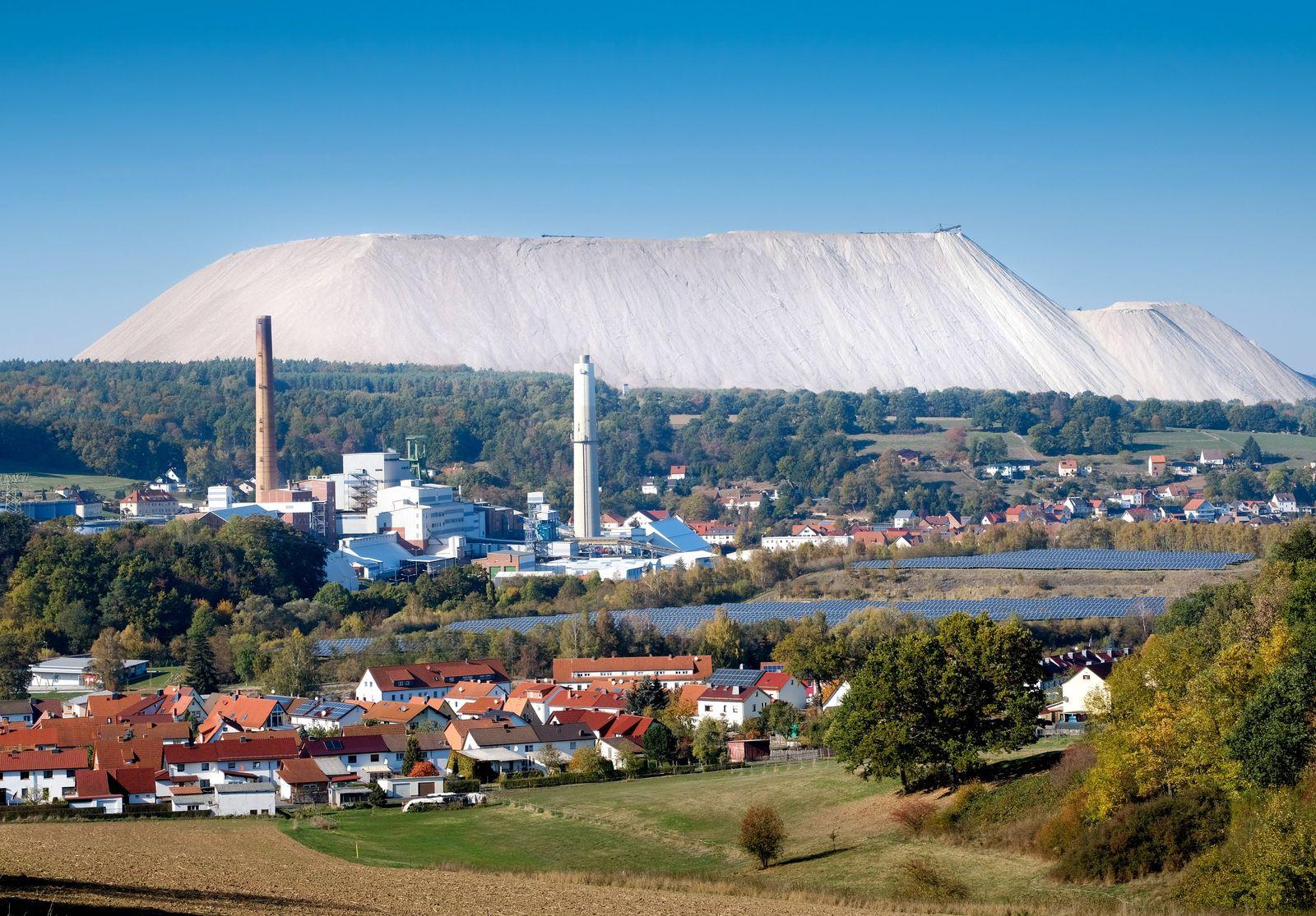 Kaliwerk und Abraumhalde des Unternehmens K+S KALI GmbH Werk Werra Standort Unterbreizbach Thürin