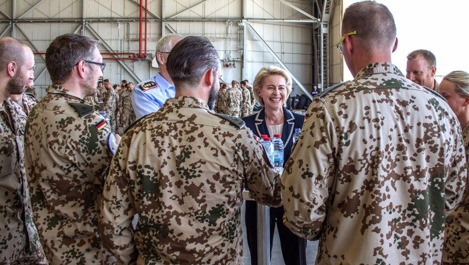 Ursula von der Leyen mit Soldaten in Incirlik (Juli 2016)