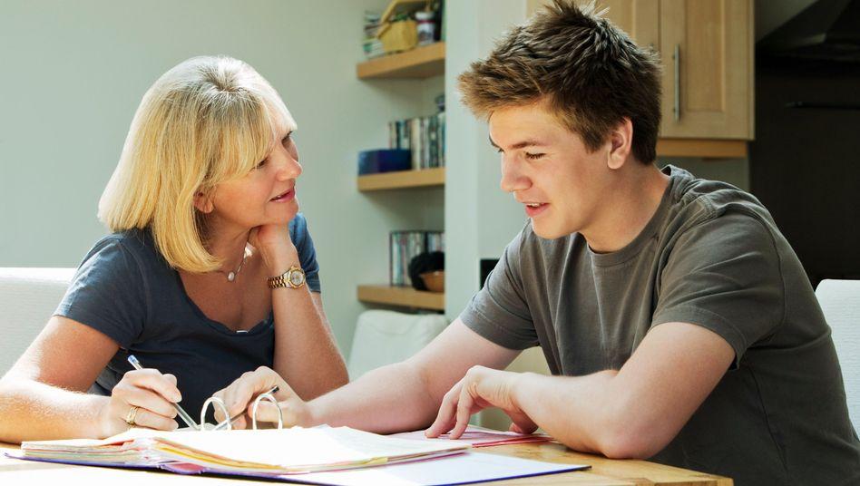 """Mutter hilft Sohn (Symbolbild): """"Überinvolviert, überbehütend und einschränkend"""""""