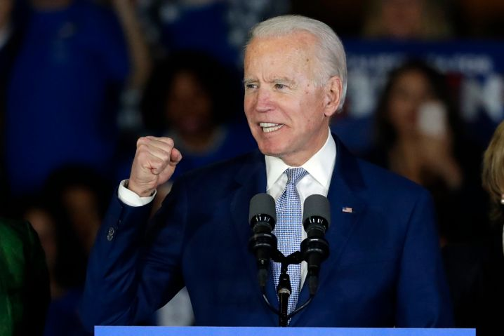 Biden spricht bei einer Wahlkampfveranstaltung am Super Tuesday in Los Angeles.