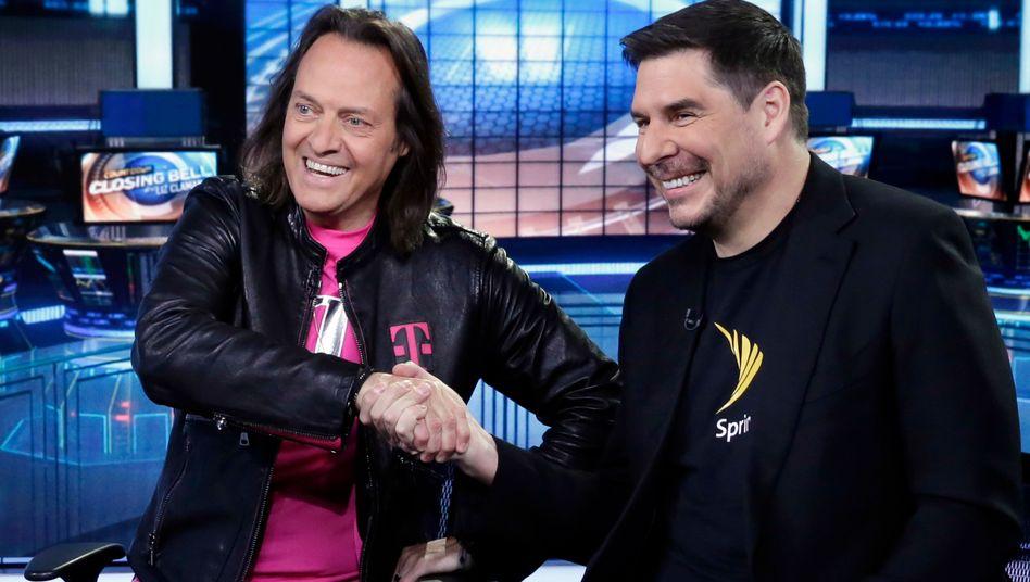 Grund zur Freude: T-Mobile -Chef John Legere (links) und Sprint-Chef Marcelo Claure (Archiv)