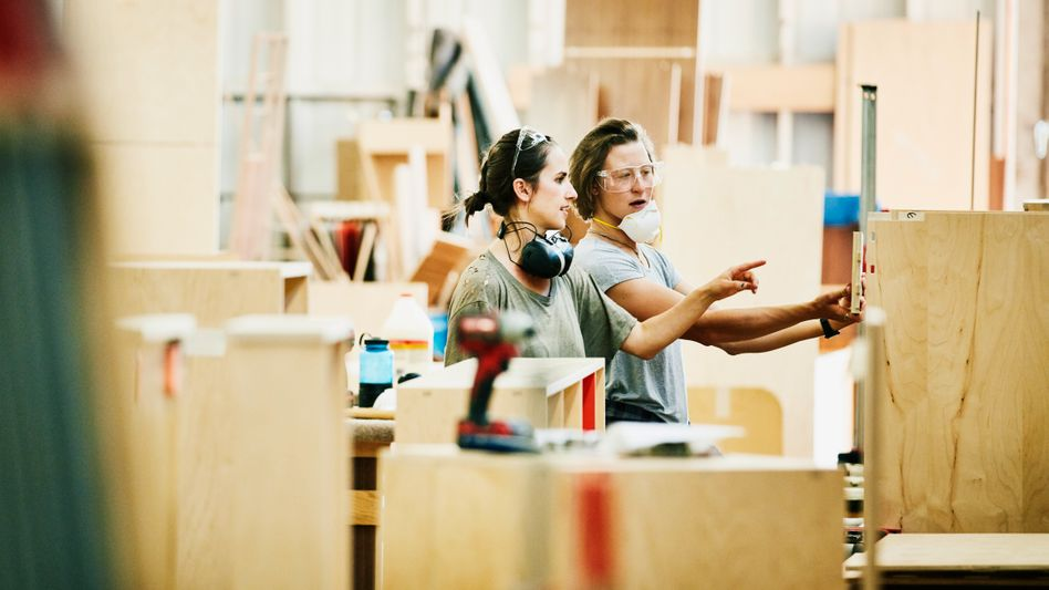 Tischlerinnen bei der Arbeit: Wer ausschließlich digital schafft, hat es schwerer, Werkstolz zu entwickeln