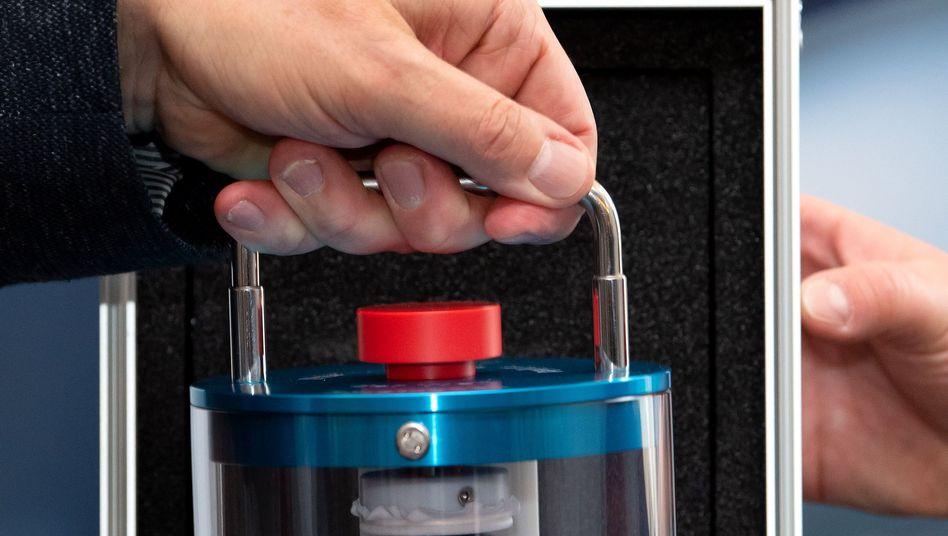 Glaszylinder mit einer exakt ein Kilogramm schweren, hochreinen Siliziumkugel