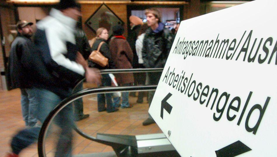 Ein Mann auf dem Weg zum Arbeitsamt - der Bundestag hebt die Hartz IV-Sätze leicht an