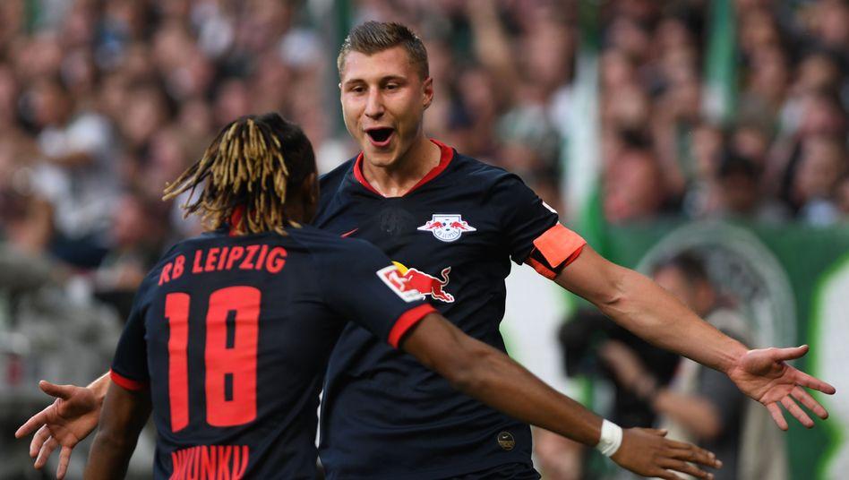 Leipzigs Kapitän Willi Orban (rechts) feiert mit Vorbereiter Christopher Nkunku seinen Treffer zum 1:0 gegen Werder Bremen