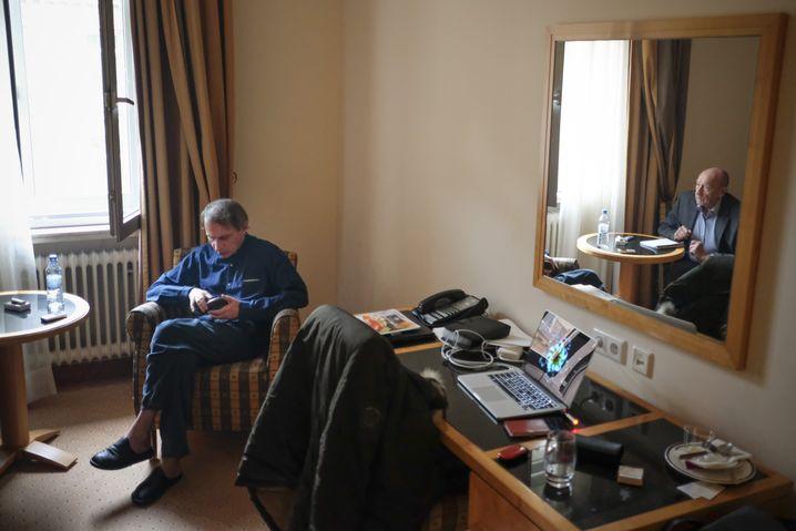 """Houellebecq beim SPIEGEL-Gespräch (mit dem Redakteur Romain Leick in einem Hotelzimmer in Frankfurt am Main): """"Die deutschen Autoren sollten sich dem erotischen Roman zuwenden"""""""