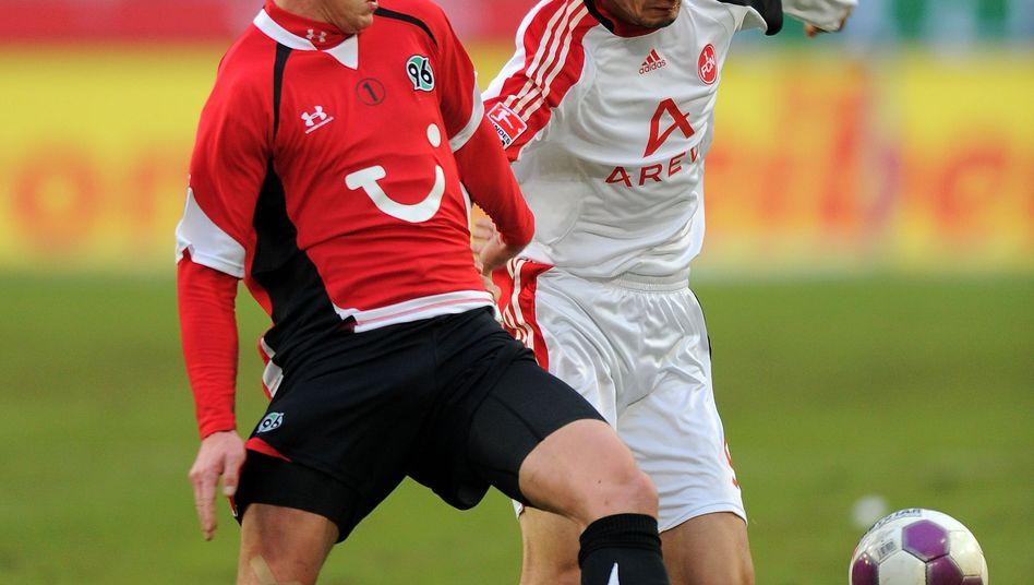 Hannoveraner Balitsch (links) gegen Nürnberger Charisteas: Knie-OP beim 96er
