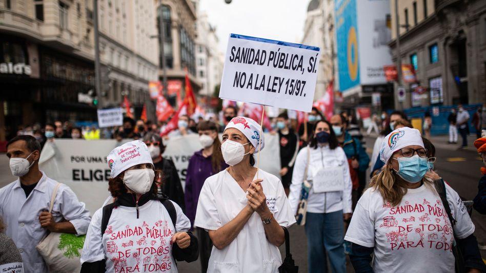 Pflegekräfte in Madrid demonstrieren gegen die Gesundheitspolitik der Regionalregierung
