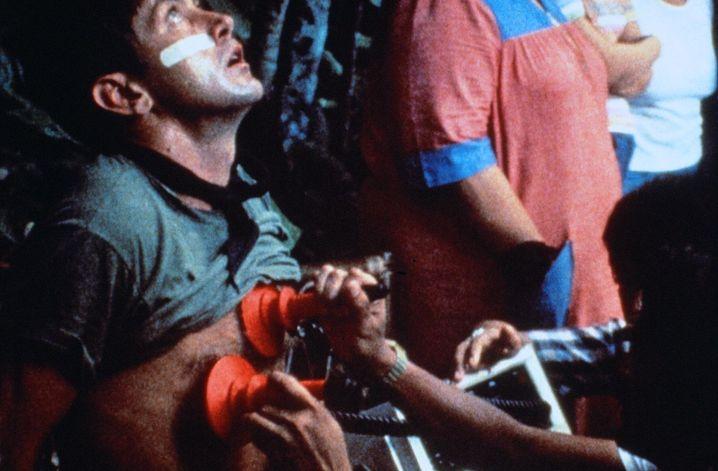 """Szene aus """"Hearts of Darkness: A Filmmakers Apocalypse"""", dem Dokumentarfilm über die Dreharbeiten. Hier ist Martin Sheen mit einem Defibrillator zu sehen"""