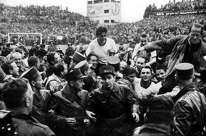 4. Juli 1954: Walter lässt sich nach dem WM-Erfolg über Ungarn feiern