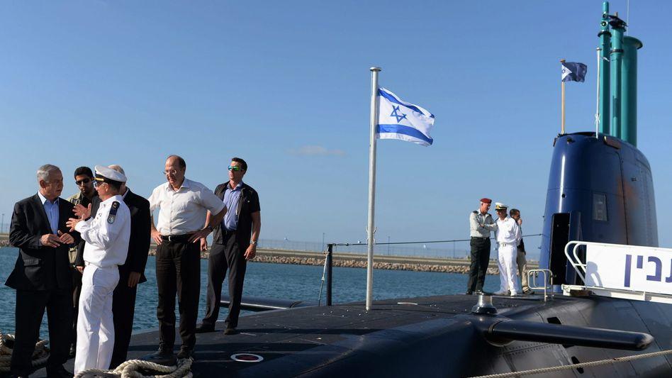 Benjamin Netanyahu auf einem israelischen U-Boot aus deutscher Produktion (Archiv)