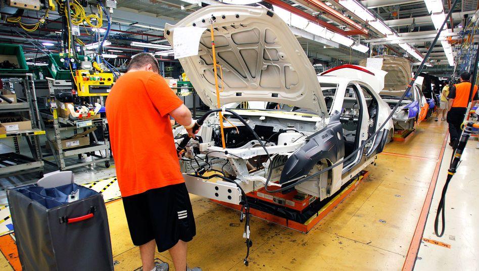 Arbeiter bei General Motors bauen einen Cadillac.