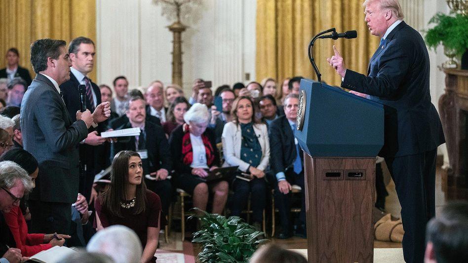 Kontrahenten Acosta (mit Mikrofon), Trump am 7. November: Präsidentschaft als Show