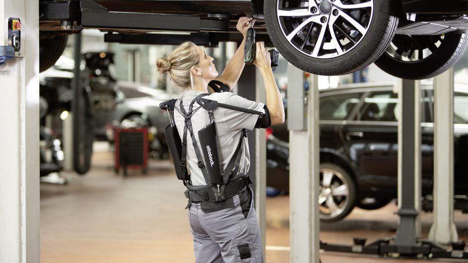 Frau mit Exoskelett