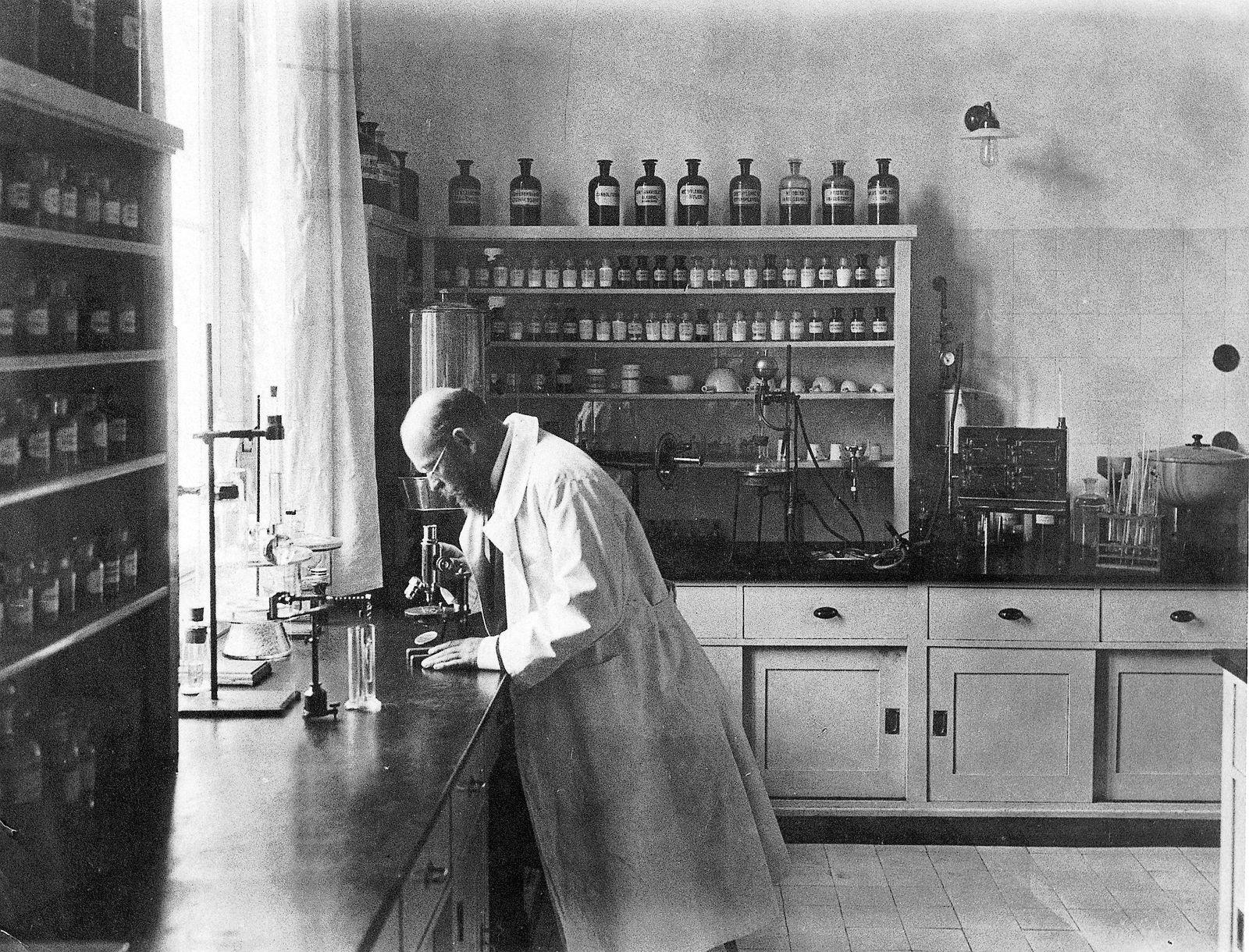 Robert Koch in seinem Labor