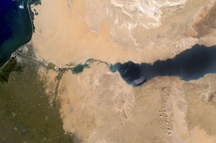 Undatierte Satellitenaufnahme vom Suezkanal, der das Mittelmeer im Norden (l.) mit dem Roten Meer im Süden (r.) verbindet