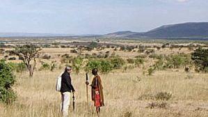 Boote (l.) in der Serengeti