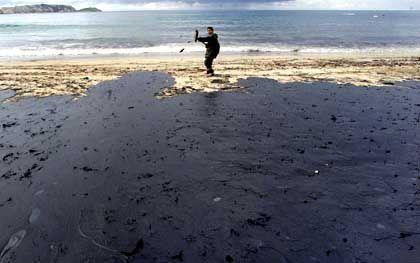 Im spanischen Malpica versuchen Helfer, die ersten Schäden der Ölpest zu beseitigen