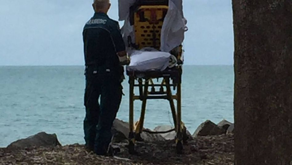 Sanitäter mit Patientin am Meer