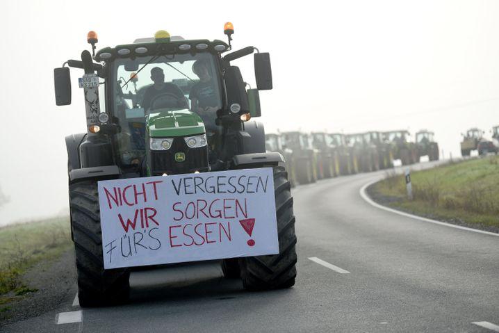 Traktorenkonvoi auf dem Weg zu einer Demo in Bayern