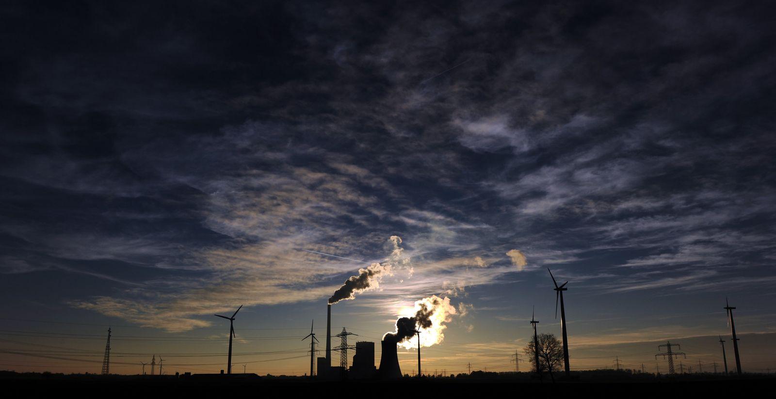 Kraftwerk und Windräder