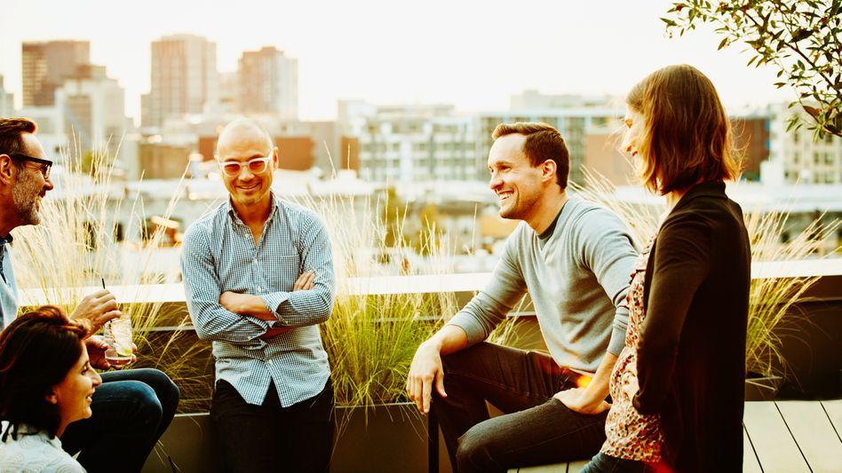 Der schmale Grat zwischen Privatem und Beruflichem: Wenn der Chef oder die Chefin nach Hause auf die Terrasse zum Meeting lädt, kann das eine Herausforderung sein. (Symbolbild)