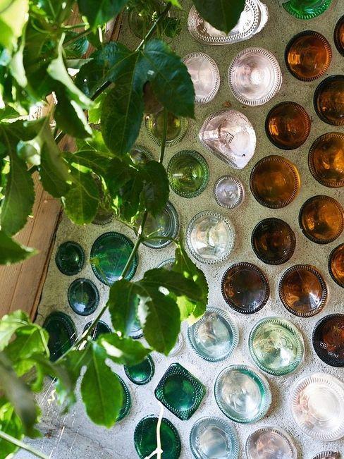 Ja, das waren einmal Flaschen. Fällt Licht hindurch, leuchten die bunten Glasböden. Das sieht nicht nur hübsch aus, die Glaskörper speichern auch Wärme.