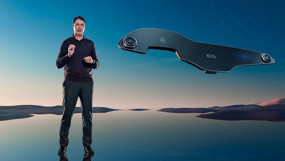 Mercedes-Vorstandschef Ola Källenius und der neue, riesenhafte Hyperscreen für die Elektrolimousine EQS.