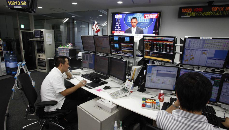 Devisenhändler in Tokio: Der Dollar-Kurs profitierte kaum von der Schuldeneinigung