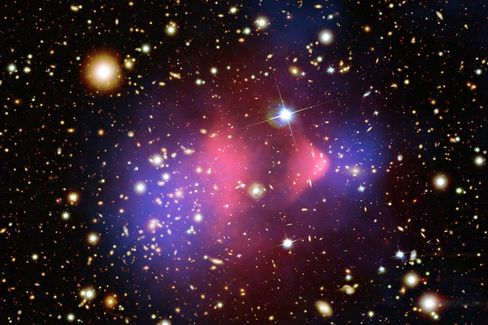 Bullet-Cluster: Die Kollision zweier Galaxienhaufen gilt als einer der besten Beweise für die Existenz Dunkler Materie