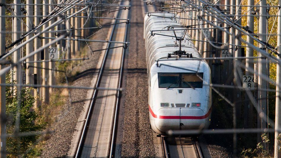 ICE der Deutschen Bahn bei Immensen in der Region Hannover