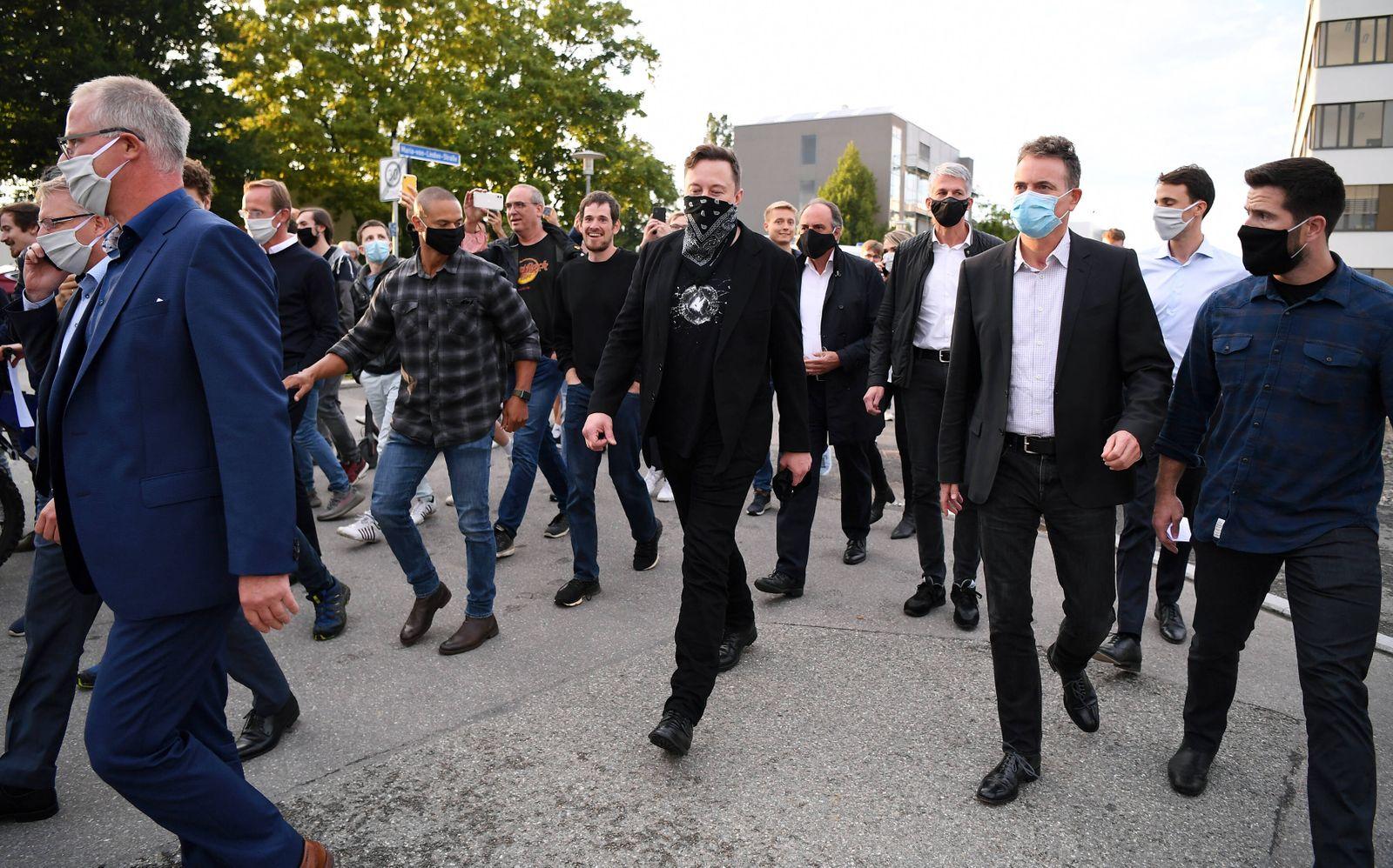 Tuebingen 01.09.2020 Tesla-Chef Elon Musk (li) mit Maske und Curevac Gruender und Vorstandsvorsitzender Ingmar Hoerr (re