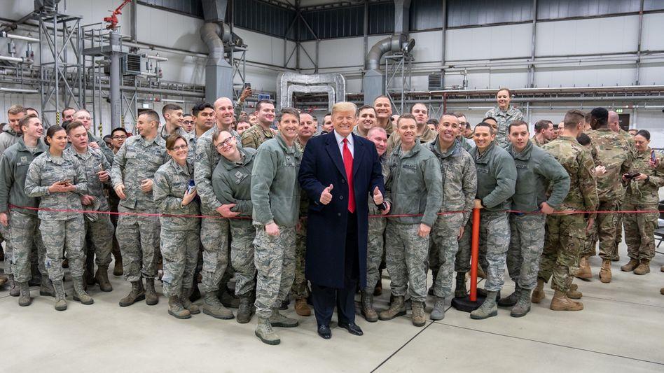 Der amerikanische Präsident Donald Trump bei einem Truppenbesuch des US-Luftwaffenstützpunktes Ramstein 2018 (Archiv)