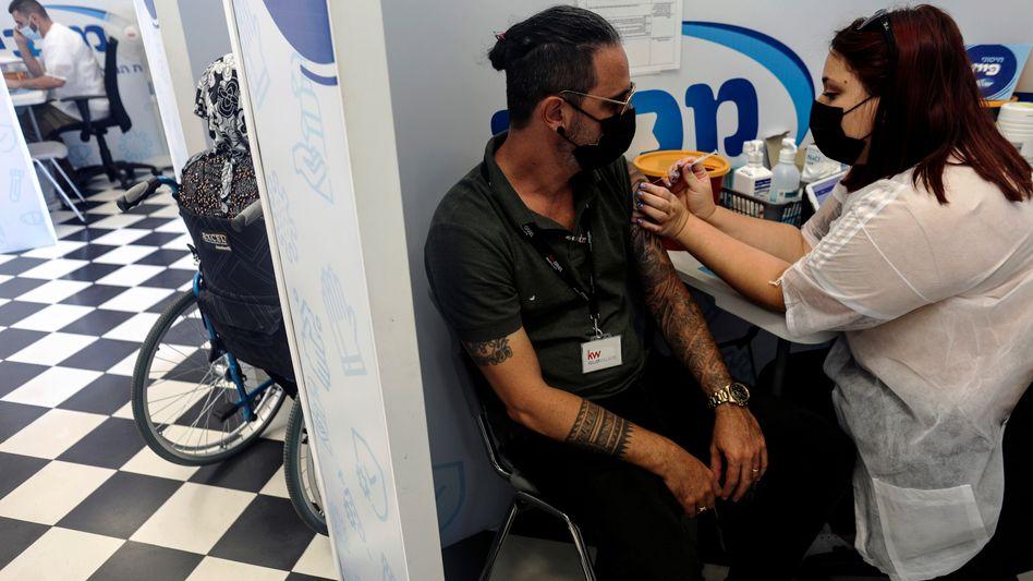 Ein Mann wird in Israel gegen das Coronavirus geimpft