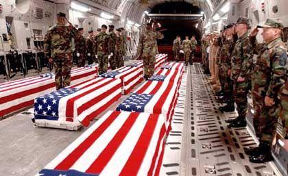 US-Air-Force Särge auf dem Heimweg. Erst auf Druck und auf Grund einer Anfrage nach dem Freedom of Information Act gab der Pentagon dies und andere Bilder frei.