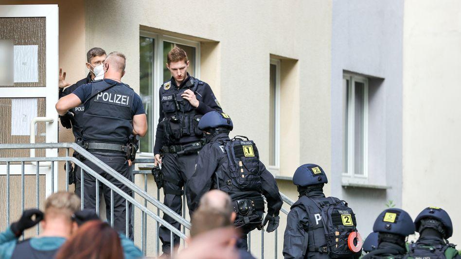 Razzia in Weißenfels: Beamte der Bundespolizei durchsuchen ein Wohnhaus in der sachsen-anhaltinischen Stadt