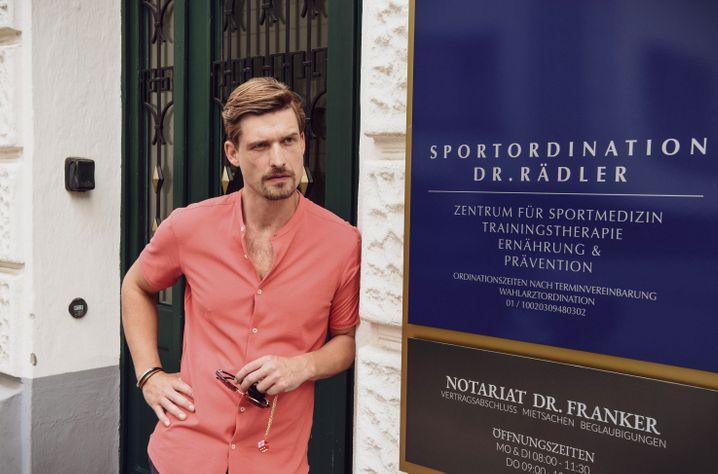 Doktor Rädler (Fabian Schiffkorn): Der Sportarzt, dem die Politiker vertrauen