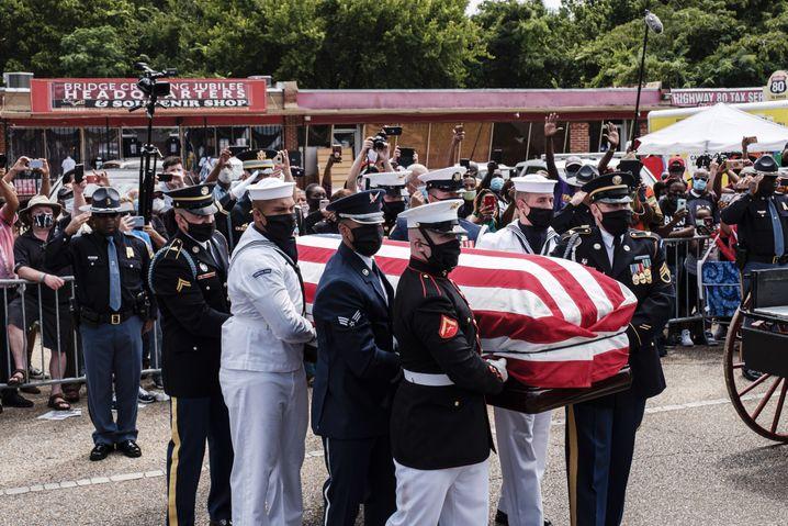 Menschen nehmen in Selma Abschied von John Lewis