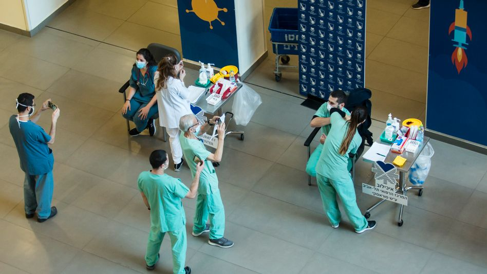 Medizinisches Personal bei Impfungen in Tel Aviv