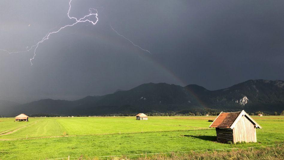 Ein Blitz zuckt über die bayerischen Voralpen (Archiv)