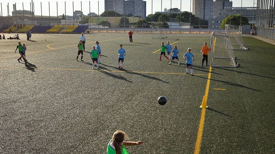 Fußballspiel auf Kunstrasen in Berlin