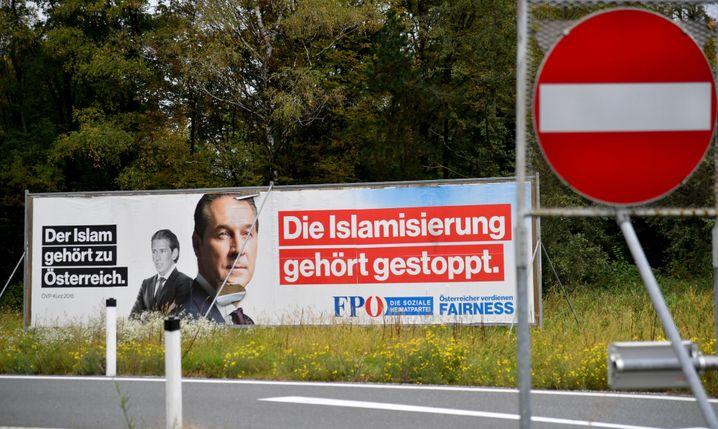 Ein Wahlplakat der FPÖ zur bevorstehenden Nationalratswahl steht am 01.10.2017 in Salzburg (Österreich). Foto: Barbara Gindl/APA/dpa +++(c) dpa - Bildfunk+++ |
